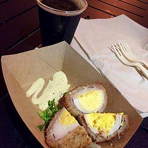 ここでは黒ビールとChilled Scotch Eggを注文しました。ゆで卵がソーセージの中に入っています。マスタードソース添え。見た目そのままの味でした。星⭐︎⭐︎。