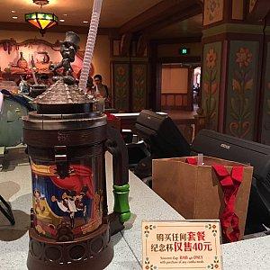 レジにはピノキオの記念ボトルが。セットメニューを注文すると+40元で購入できます。