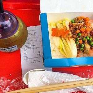 今回は、バズのカウンターでピリ辛海鮮ご飯を注文。 大きめのエビ×2、ホタテ、白身魚とピリ辛のひき肉が載ってました。