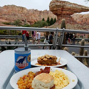 ため息が出るような景色を眺めながら、贅沢な朝食です😋💓 カリフォルニアの朝は涼しくて気持ちいい~✨ パークの中だということを忘れそうでした😊
