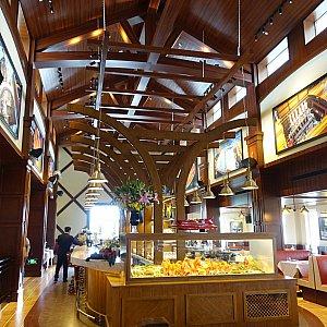 店内のバーカウンターはフロリダ店と同じような造りですが、上海の方が簡素な造りでした。