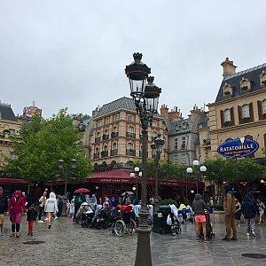 色々なテーマが混ざっているディズニースタジオに、突然現れるパリの風景。