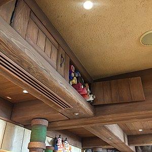 天井近くの棚にも布がたくさん!!