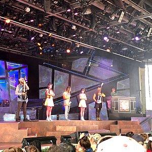 大きなスクリーン!ダンサーさん、バンドとバックダンサーさん達合計10人くらいの出演者だったと思います。