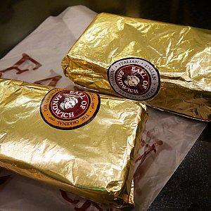 出来上がったサンドイッチは金ぴかの包装紙に包まれます✨シールで味を判別! 中身は二等分にカットされています!
